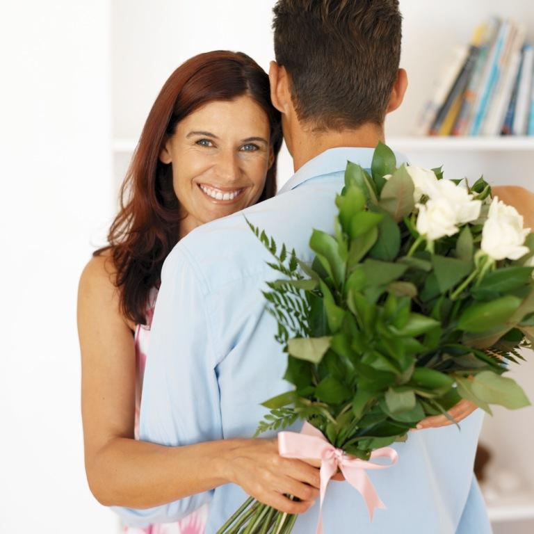Картинки ежиками, картинки мужчина дарит цветы любимой женщине